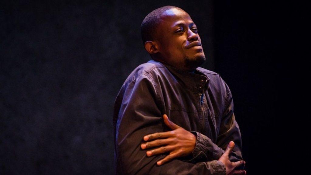 « Délestage » : Un comédien/auteur éblouissant, David-Minor Ilunga. Un humour décapant sur les clichés Belgique/RDC ****