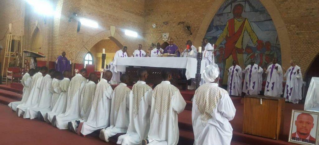 Kinshasa : La messe de mémoire pour Éric Bokolo et Rossy Mukendi à Notre Dame du Congo