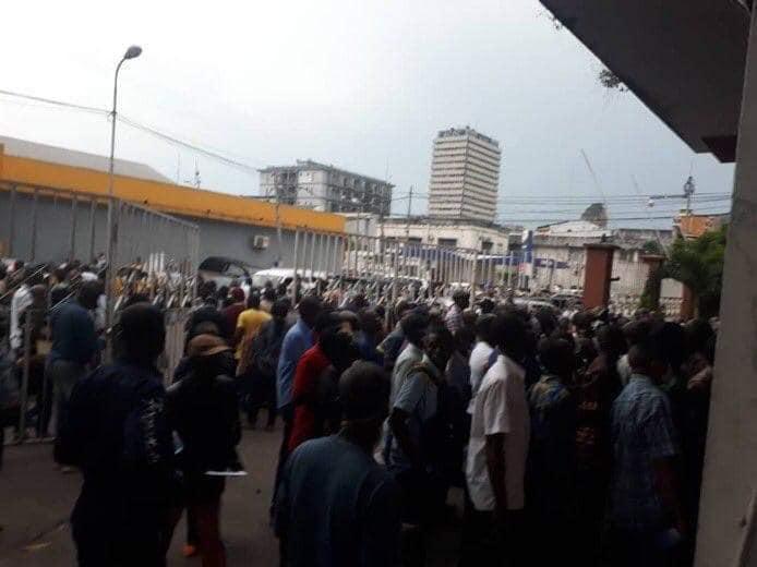 KINSHASA :  Pagaille et bousculades pour l'obtention du « Laissez-Passer Stop Covid-19 » d'entrée à la Gombe