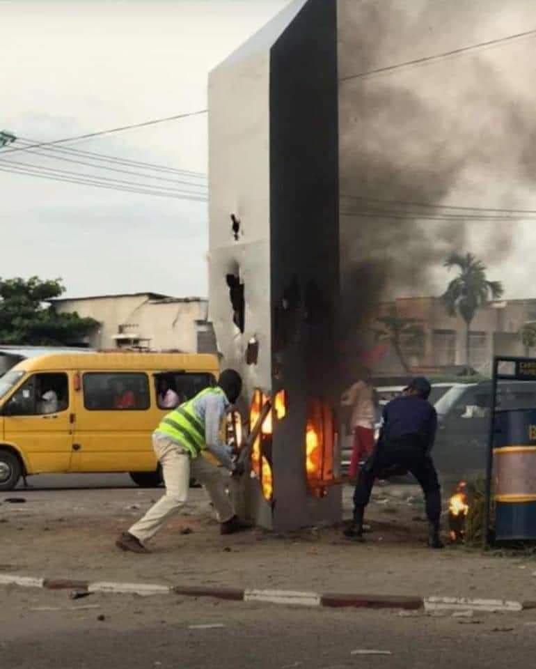 RDC-KINSHASA : Le monolithe insolite de Bandal incendié par les badauds en furie
